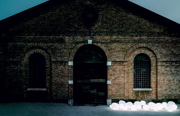 'Gregg outdoor terra' by L+R Palomba, 2011. Photo by Tommaso Sartori, © Foscarini, RITRATTI-volume 1.