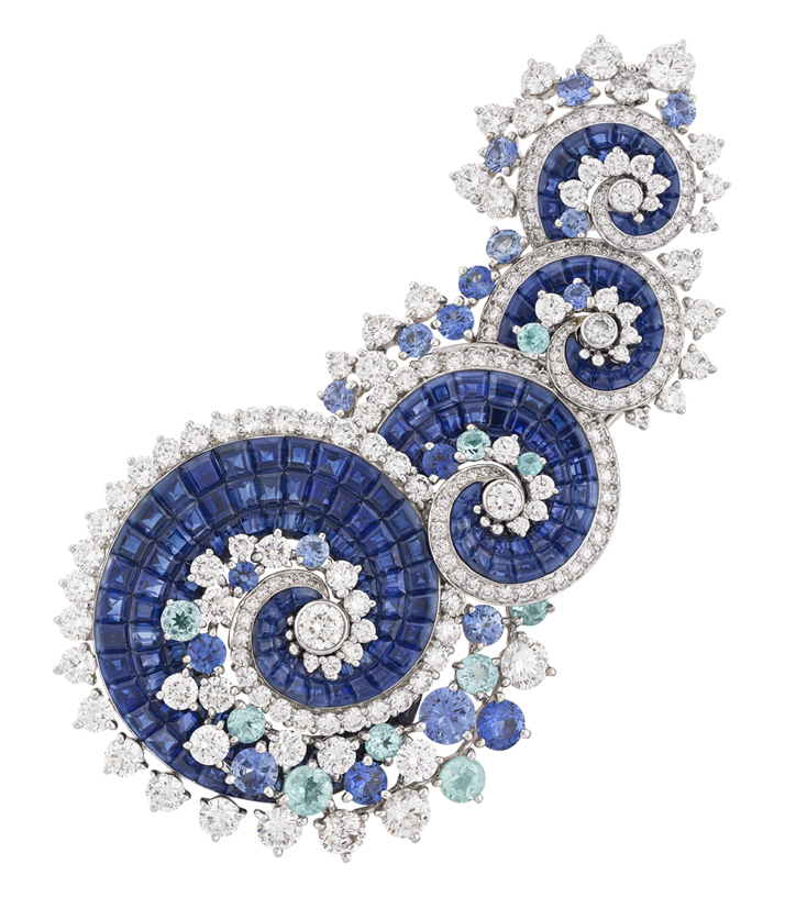 Vagues Mystérieuses clip with Mystery Set sapphires, sapphires, Paraíba-like tourmalines and diamonds © Van Cleef & Arpels.