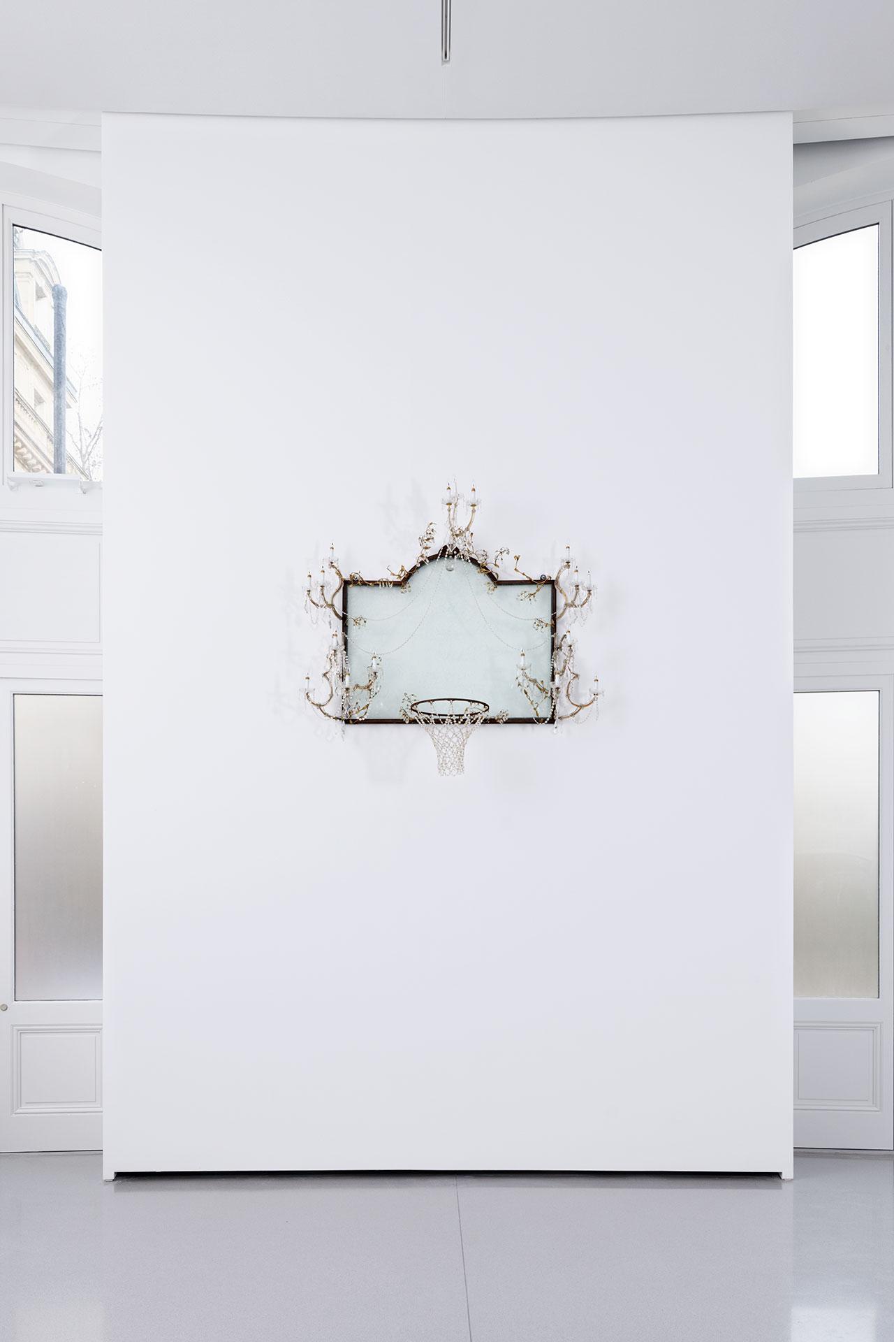 David Hammons, Untitled, 2000. © David Hammons. Exhibition views of Ouverture, Bourse de Commerce — Pinault Collection, Paris, 2021. Photo Aurélien Mole