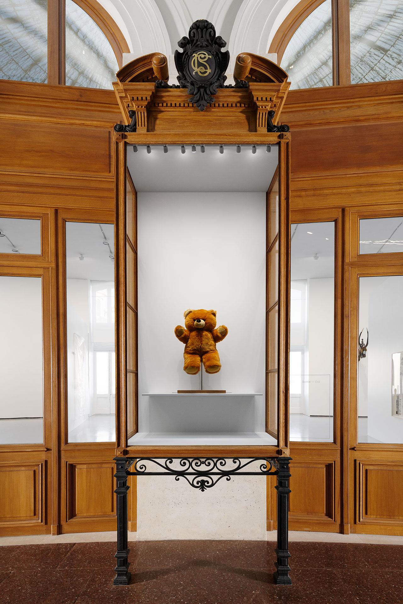 Bertrand Lavier, Teddy B, 2020. © Bertrand Lavier / ADAGP, Paris 2021. Exhibition views of Ouverture, Bourse de Commerce — Pinault Collection, Paris, 2021. Photo Aurélien Mole.