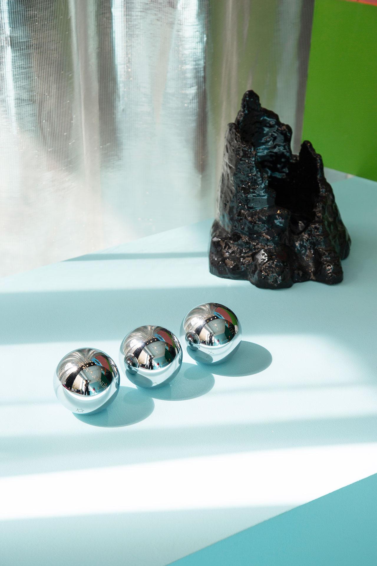 """""""Triplette Alchimique"""" pétanque balls byRenaud Perriches and""""Grotte à savon"""" soap dish byFlorian Bézu.Photography © Émile Kirsch."""