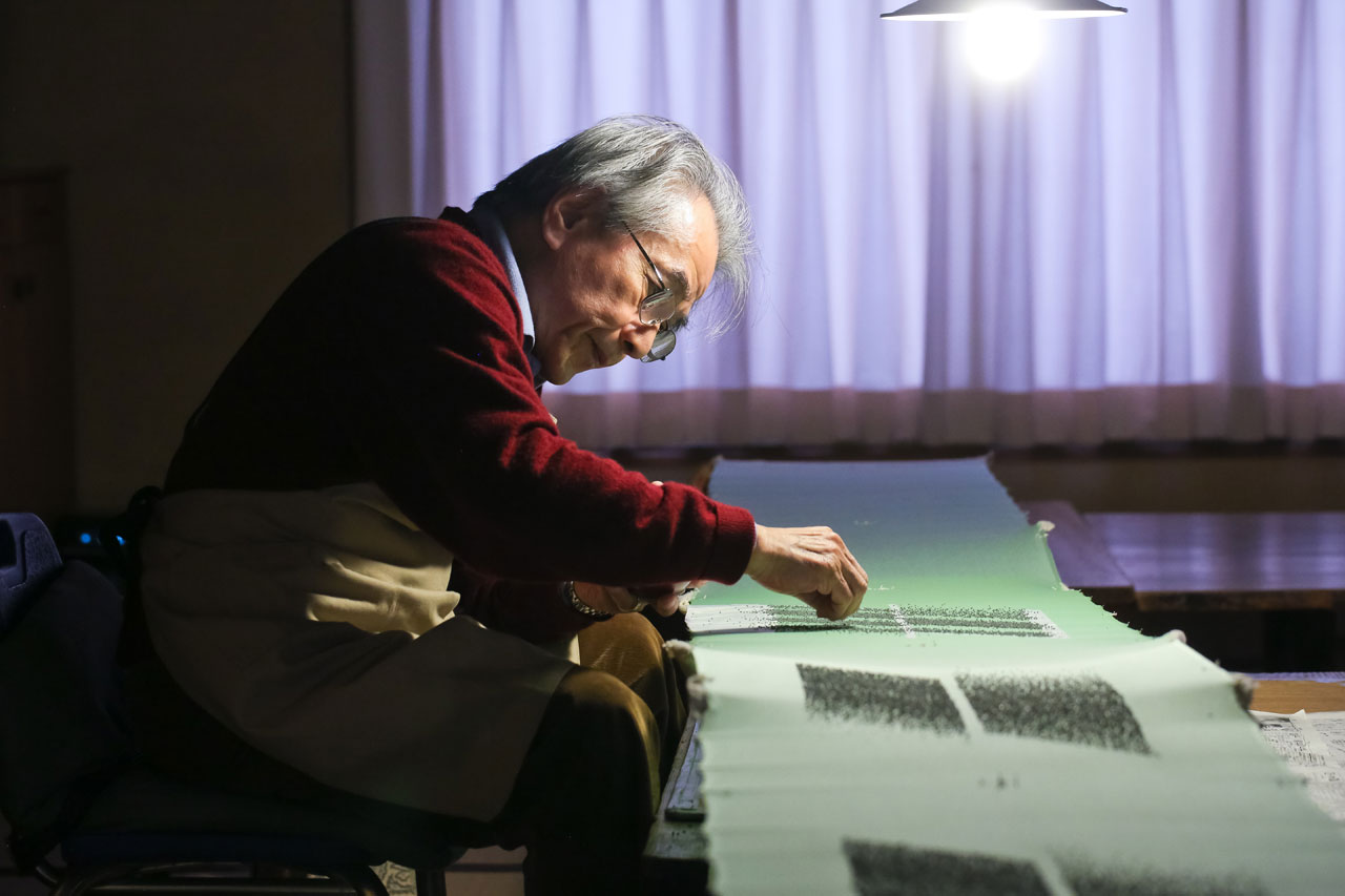 Moriguchi Kunihiko in his atelier.Photo © Van Cleef & Arpels.