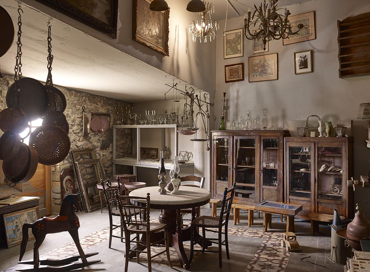 Kinsterna's antique shop. Photo byVangelis Paterakis © Kinsterna Hotel.