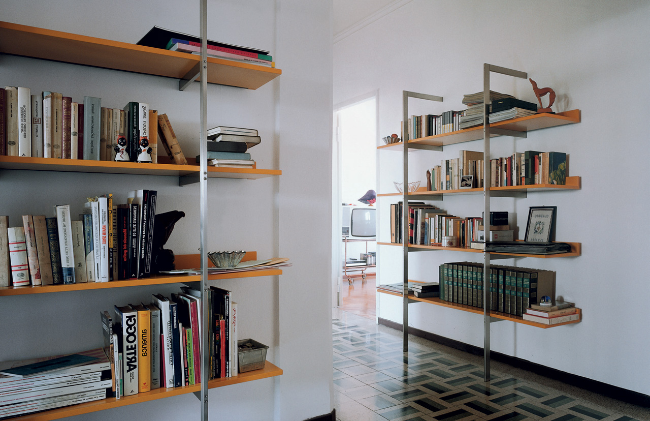 ALIANTE wall bookcase (1980) by Rodolfo Dordoni and Giulio Cappellini. Photo © Cappellini.