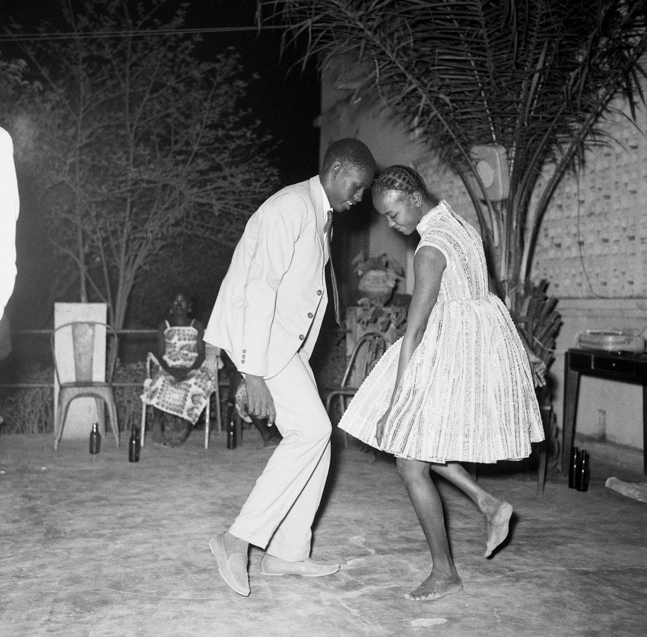 Malick Sidibé, »Nuit de Noël (Happy Club)«, 1963, photograph, © Malick Sidibe, Courtesy CAAC, Courtesy Magnin-A Gallery, Paris.