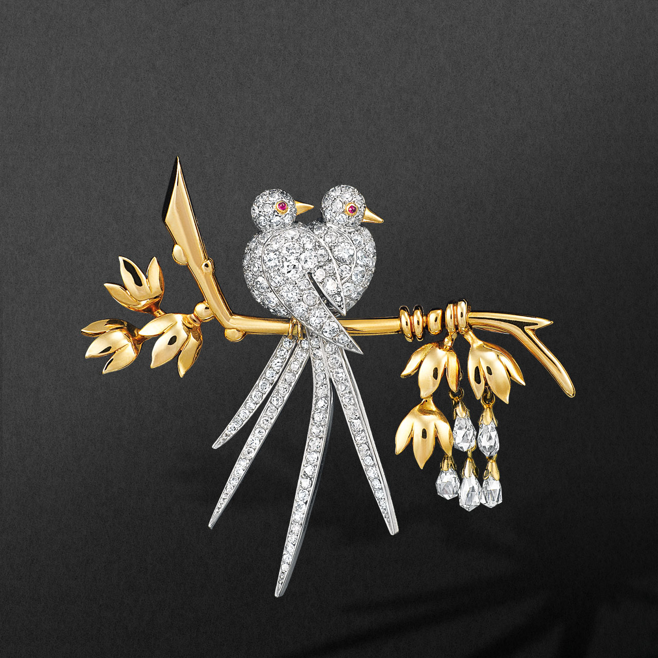 Lovebirds clip, 1945. Platinum, yellow gold, rubies and diamonds. Van Cleef & Arpels collection.