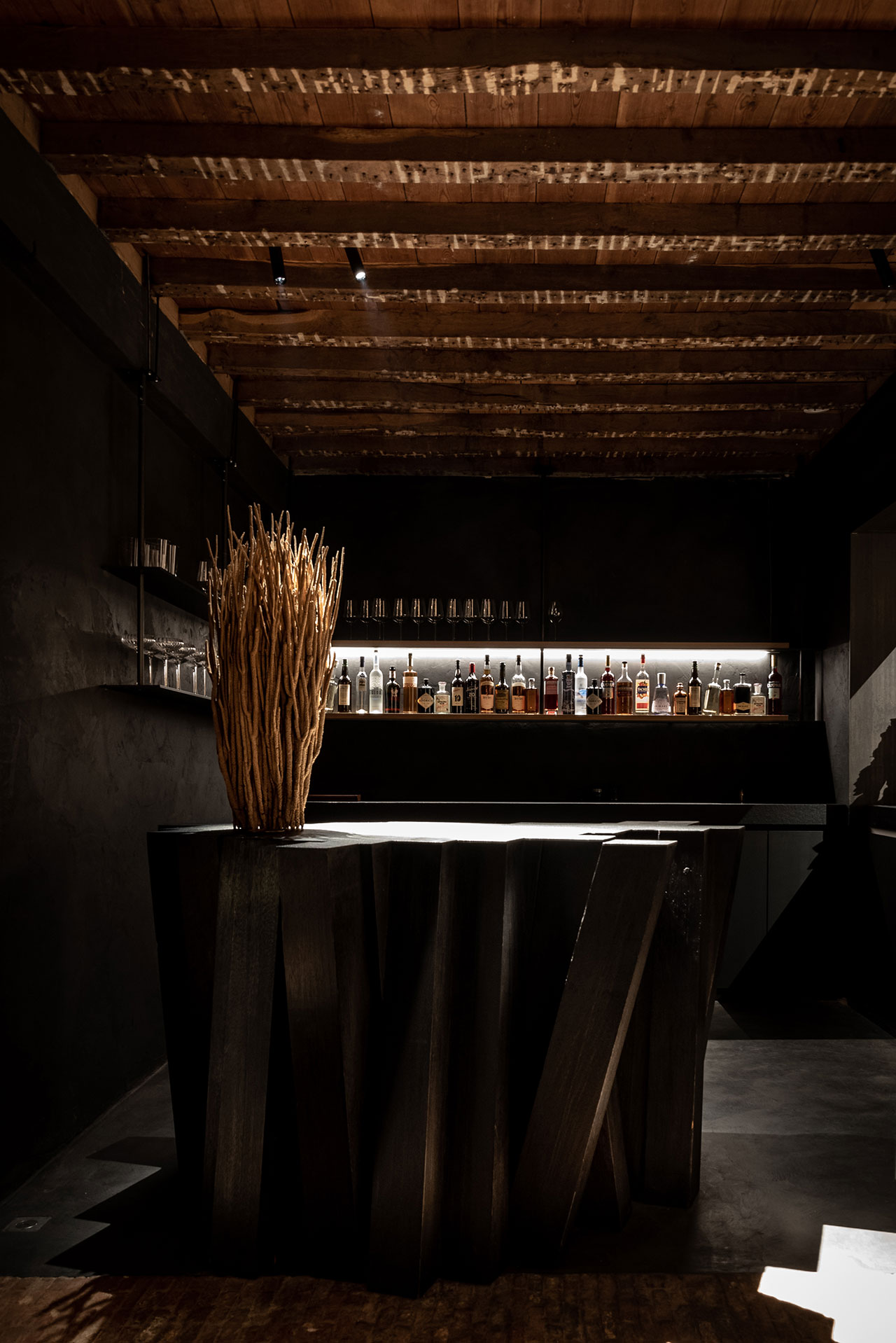 STABLE restaurant designed by Dieter Vander Velpen. Bar designed by Arno De Clerck. Photo by Patricia Goijens.
