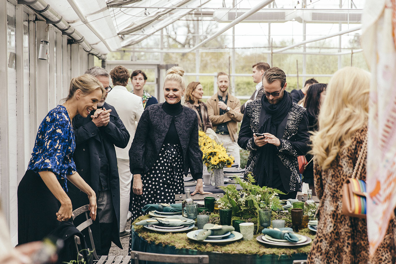 Emma Wiklund (left) and her guests at Mateus Meets Fashion 2019, Stockholm, Sweden. Photo by Rasmus Lindahl © Mateus.