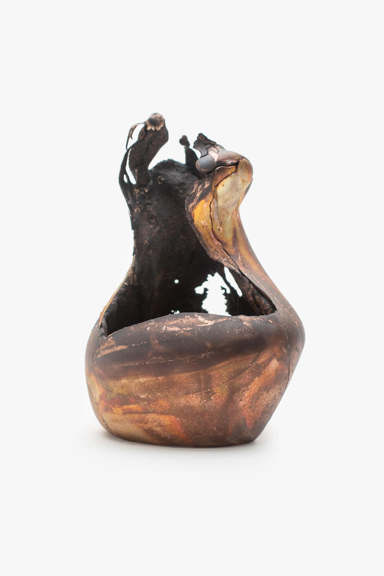 Omer Arbel, OAO113.2020.15, 2020. 15,4 x 11 x 10,5 cm. Copper alloy cast in glass. Courtesy Carwan gallery.
