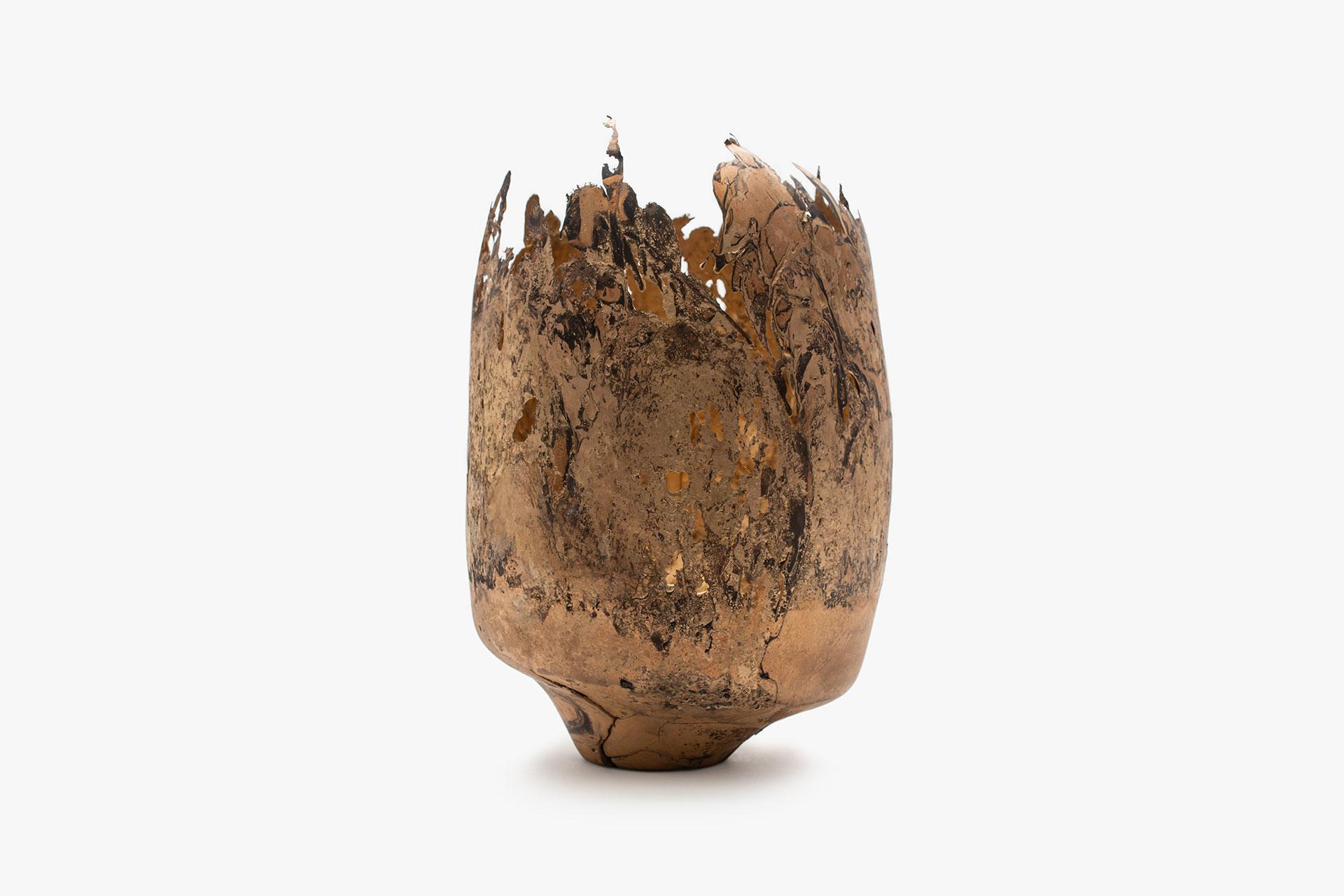 Omer Arbel, OAO113.2020.64, 2020. 36,3 x 24 x 22,5 cm. Copper alloy cast in glass. Courtesy Carwan gallery.