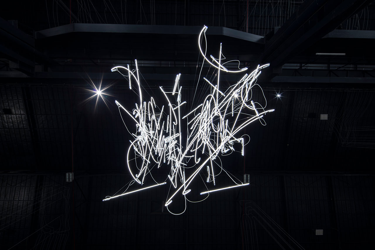 Cerith Wyn Evans, Neon Forms (After Noh XIII), 2018 (detail). Courtesy of the artist; Marian Goodman Gallery, New York, Paris and London, and Pirelli HangarBicocca. Photo: Agostino Osio.