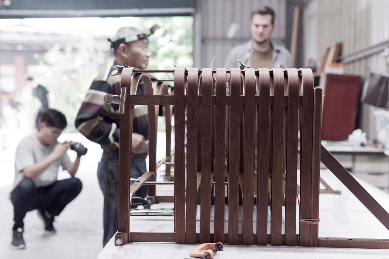 The Bridge Bamboo Bench (making of), designed by Sebastian Herkner (Germany). Craftsman : Wu, Ming-An (Taiwan). Photo by Maciej Korbas (Poland) / Courtesy NTCRI & Taiwan Designers Web.