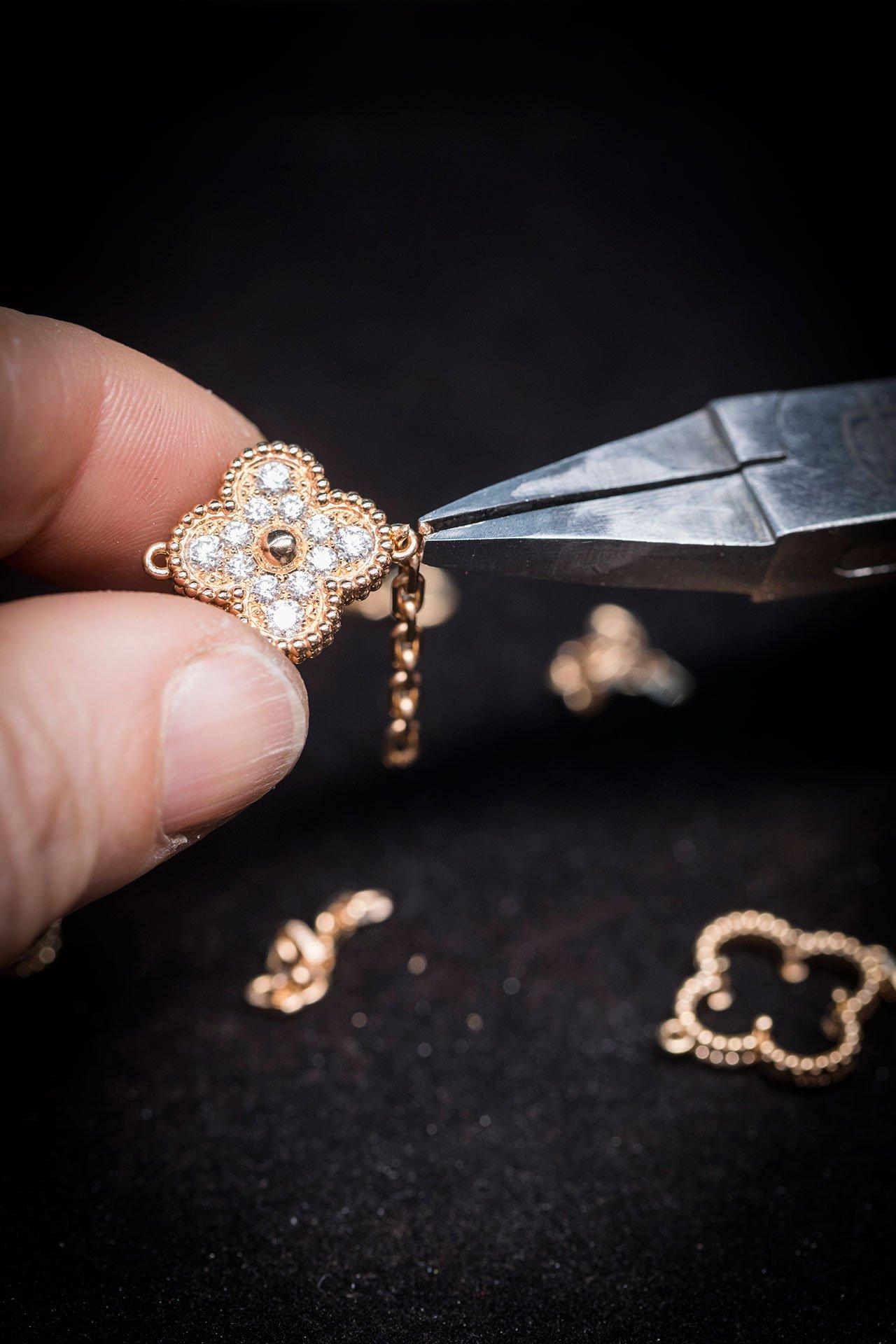 VanCleef&Arpels'making ofAlhambra long necklace. Photo ©VanCleef&Arpels.