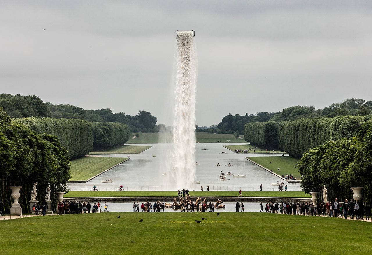 Olafur Eliasson, Waterfall, 2016. Crane, water, stainless steel, pump system, hose, ballast. Palace of Versailles, 2016. Photo by Anders Sune Berg. Courtesy the artist; neugerriemschneider, Berlin; Tanya Bonakdar Gallery, New York © Olafur Eliasson.