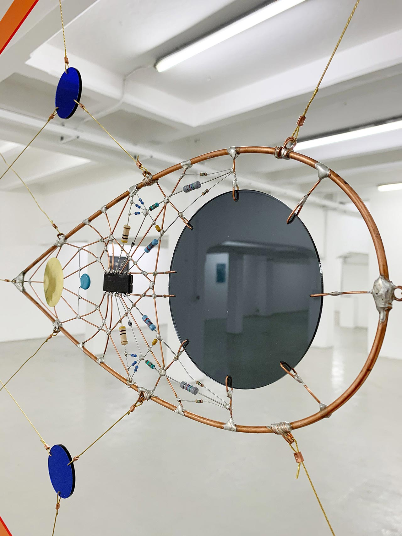 Technological Mandala 141 Perpetual nexus 00, 2019. Electronic components, copper wires, varnish, lead, acrylic paint, steel, transparent perspex, brass wire, copper ferules, turnbuckles, mobile phone, 325x458 cm | 128x18½ inches. Courtesy: The Flat – Massimo Carasi.Photo by The Flat.
