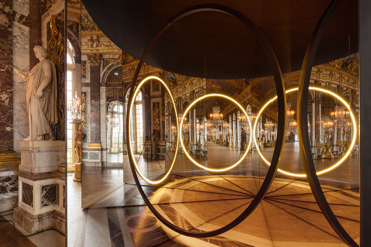 Olafur Eliasson, Your sense of unity, 2016. Mirror foil, brass, LED lights, wood, paint (black), steel, plastic, control unit. 512 x 270 x466 cm. Palace of Versailles, 2016. Photo by Anders Sune Berg. Courtesy the artist; neugerriemschneider, Berlin; Tanya Bonakdar Gallery, New York © Olafur Eliasson.