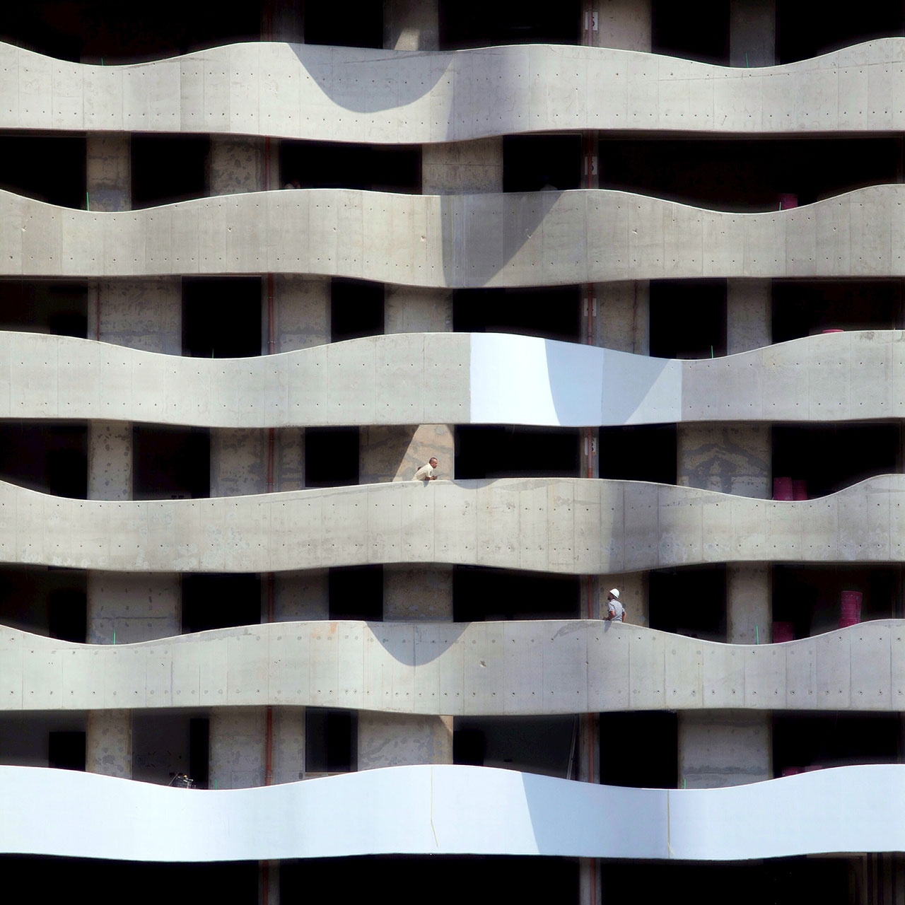 Wavy facade, photo © Serge Najjar.