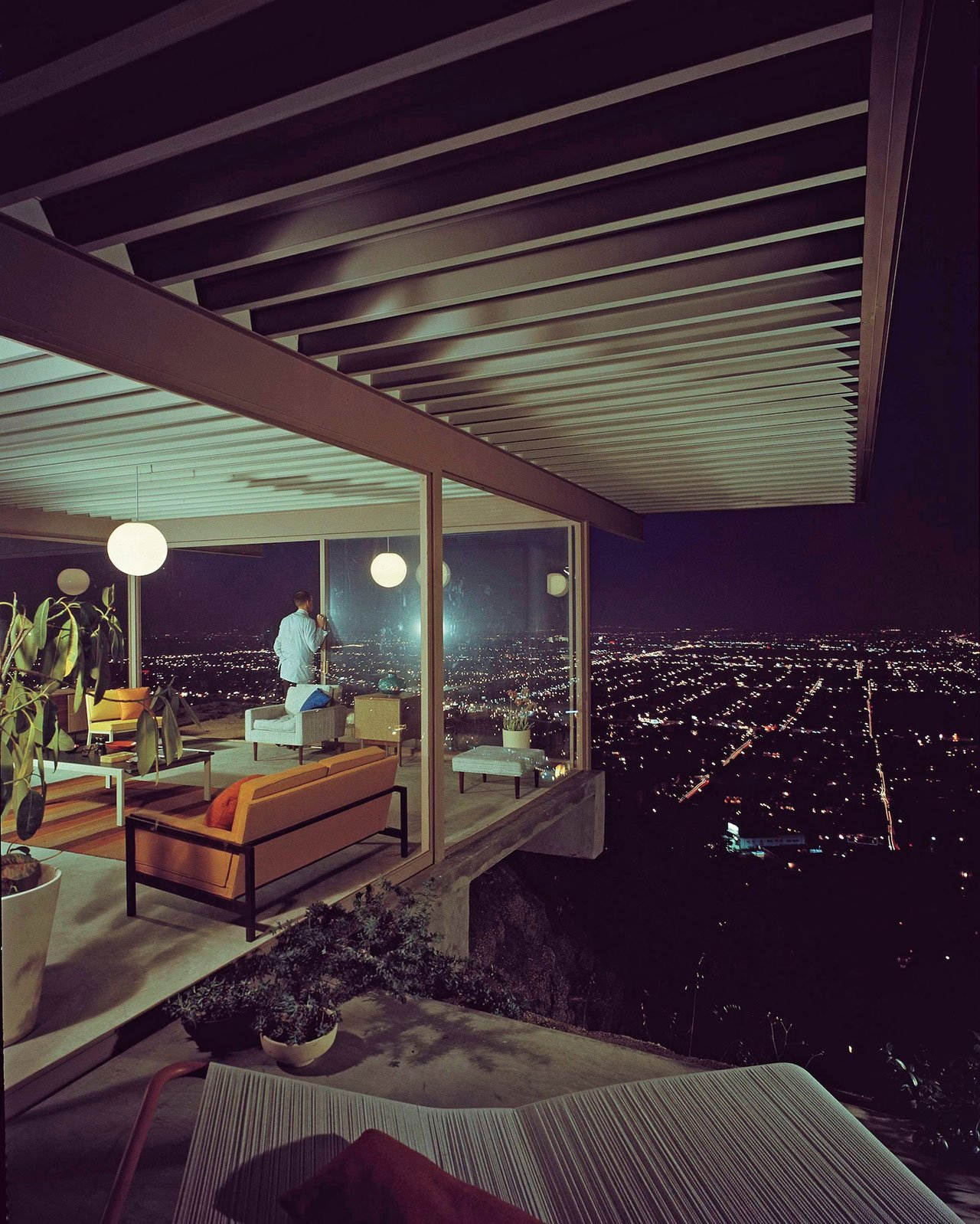 Stahl House, Los Angeles CA, USA (1957) by Pierre Koenig, photography by Julius Shulman (J. Paul Getty Trust, Getty Research Institute, Los Angeles), from Inside Utopia, © Gestalten 2017.