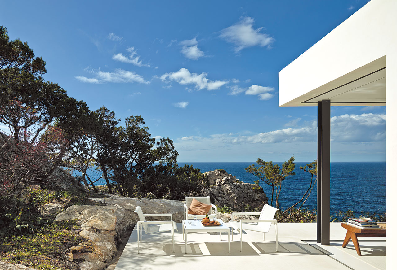 Can Cala Salada by architect Jordi Carreño and landscaper Joan Macedo. Photography by Eugeni Pons © Lannoo Publishers.
