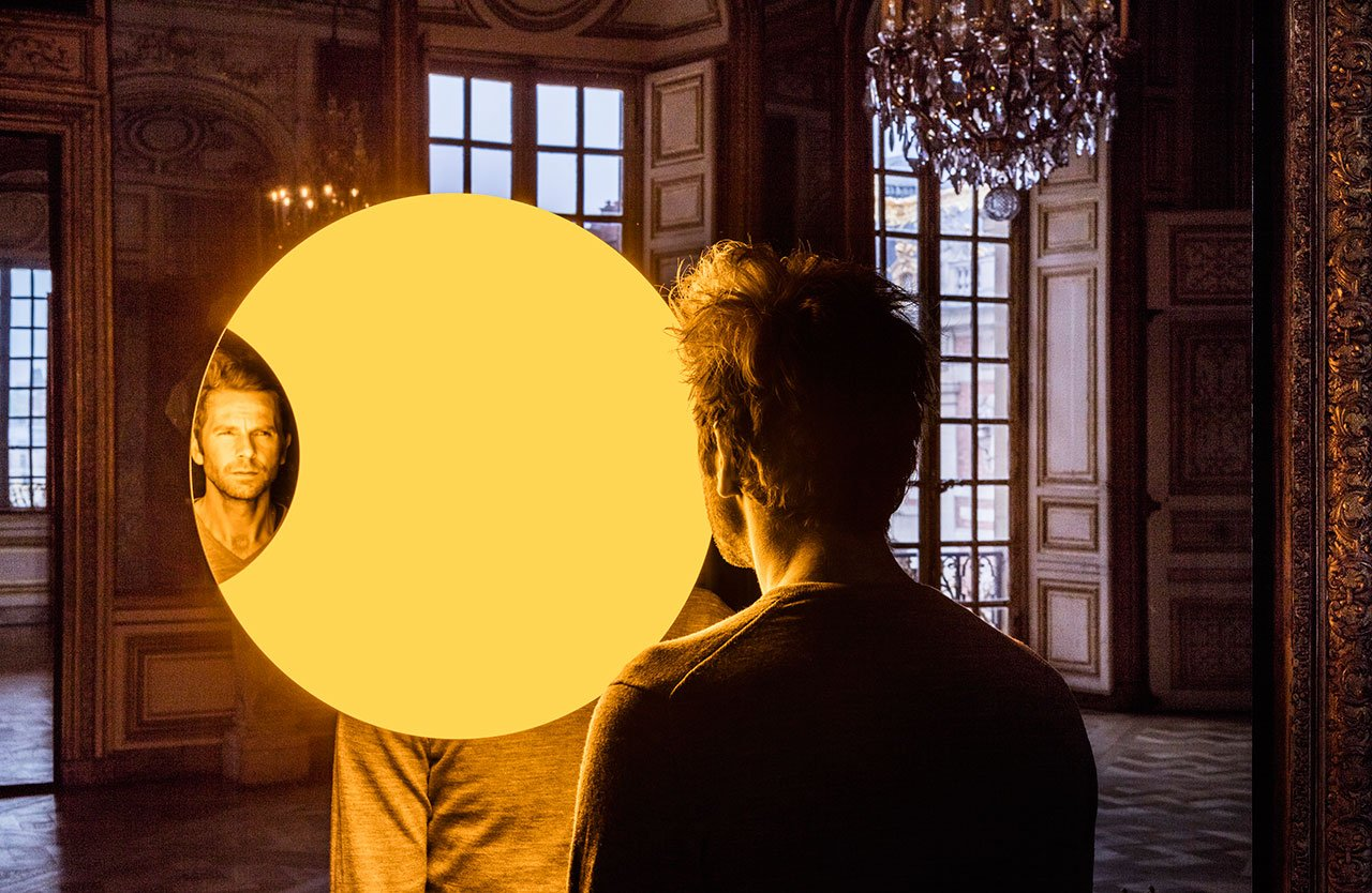 Olafur Eliasson,Deep mirror(yellow), 2016. Mirrors, monofrequency light, aluminium, steel, wood, paint (black, white), control unit. 445 x 180 x 90cm.Palace of Versailles, 2016. Photo by Anders Sune Berg. Courtesy the artist; neugerriemschneider, Berlin; Tanya Bonakdar Gallery, New York © Olafur Eliasson.