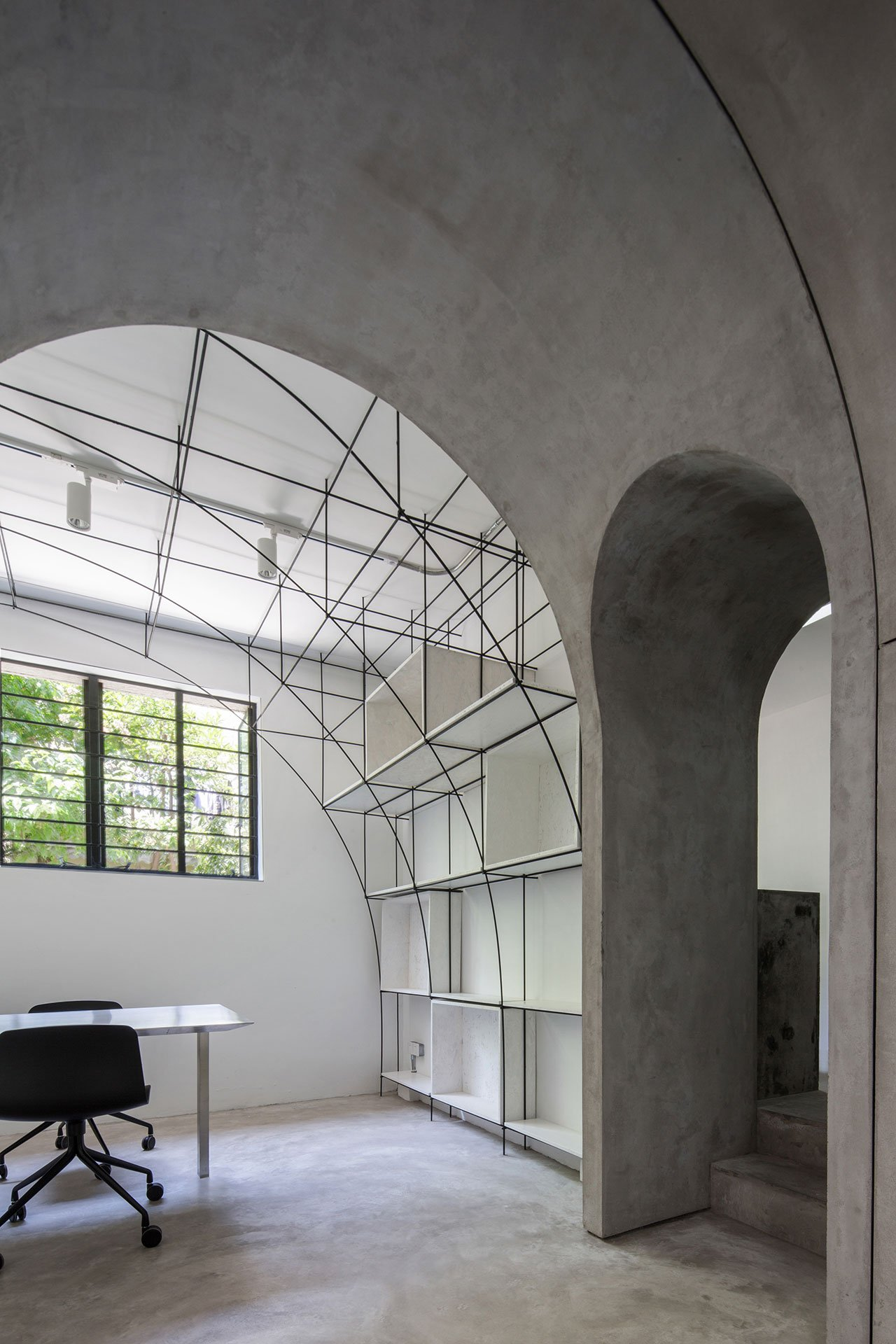 Arched door between the meeting room and the model room. Photo by Qiu Ripei.