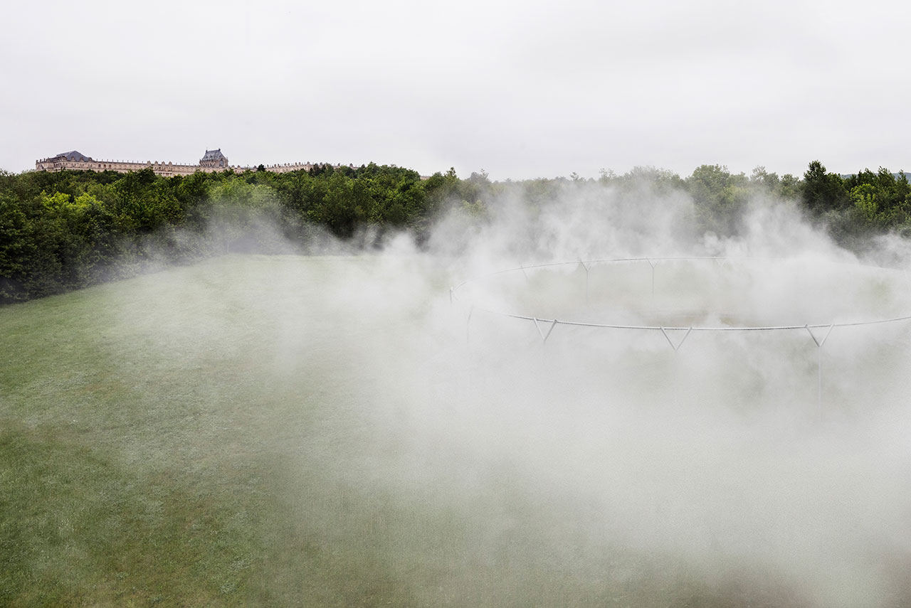 Olafur Eliasson,Fog assembly, 2016. Steel, water, nozzles, pump system. 4.5m ⌀ 29m.Palace of Versailles, 2016. Photo by Anders Sune Berg. Courtesy the artist; neugerriemschneider, Berlin; Tanya Bonakdar Gallery, New York © Olafur Eliasson.