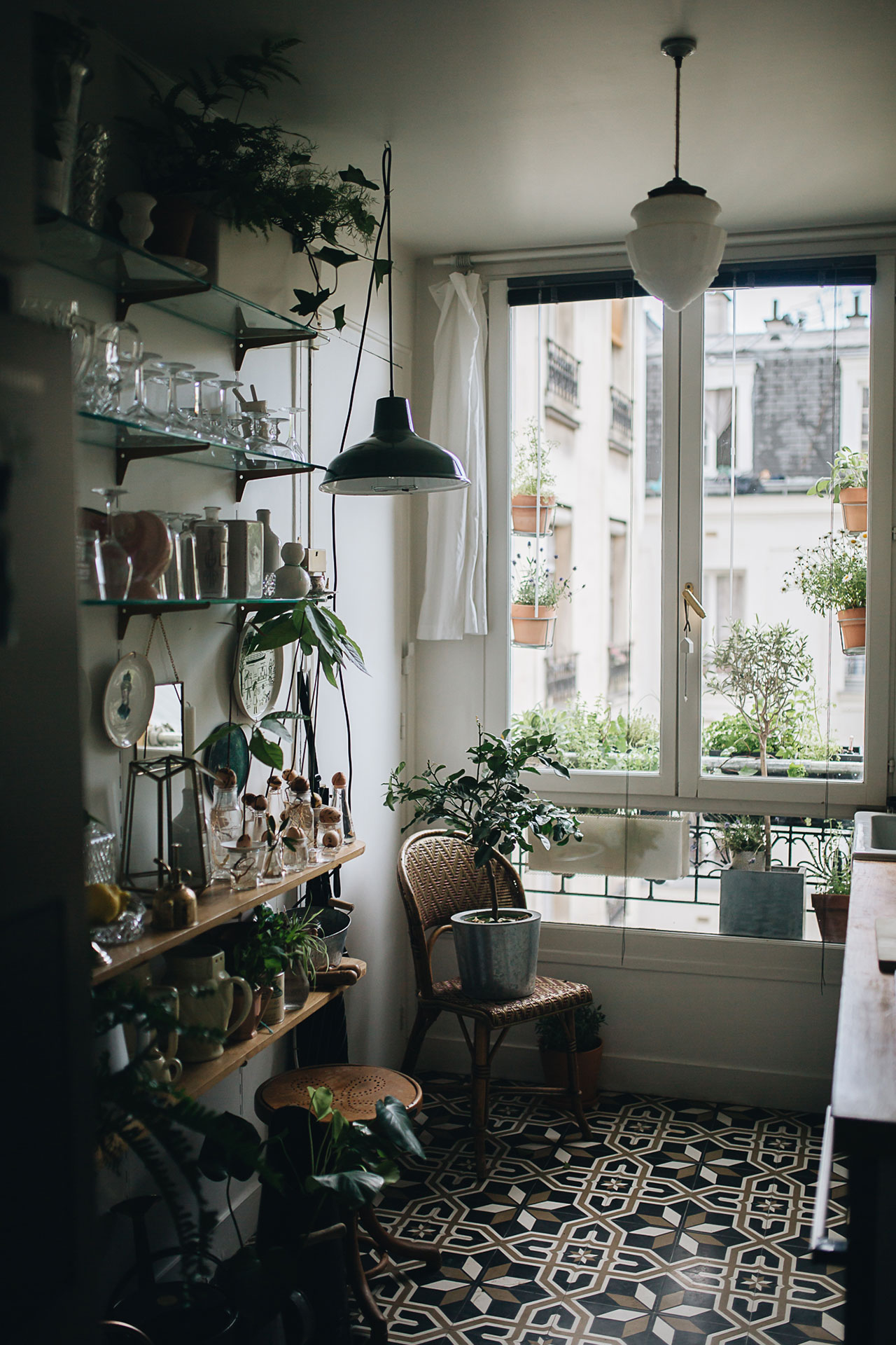 PLANT TRIBE LIVING HAPPILY EVER AFTER WITH PLANTSBy Igor Josifovic & Judith de Graaff Photo: The home of Rebecca Breach In Paris.Photography by Jules Villbrandt for Urban Jungle Bloggers.