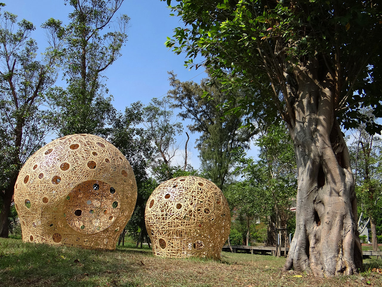 Cheng-Tsung Feng, Beside. Taiwanese Moso Bamboo, steel. 430 x 350 x 350cm (Big) / 135 x 100 x 100cm (Small). Photo by Ci-Xia Lin.