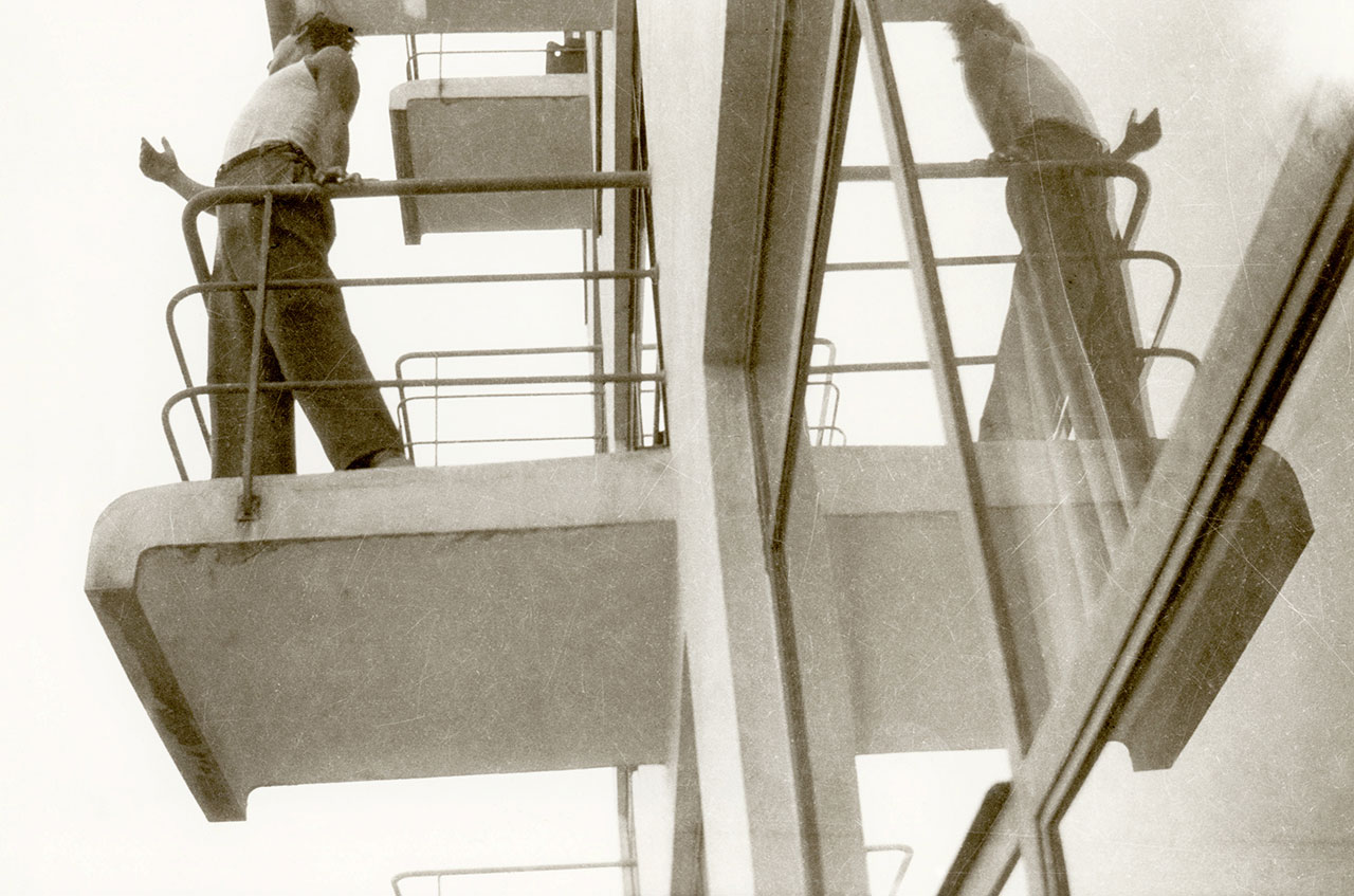 Marianne Brandt, Student on one of the atelier balconies, Bauhaus Dessau, around 1928/1929, © VG Bild-Kunst Bonn, 2015.