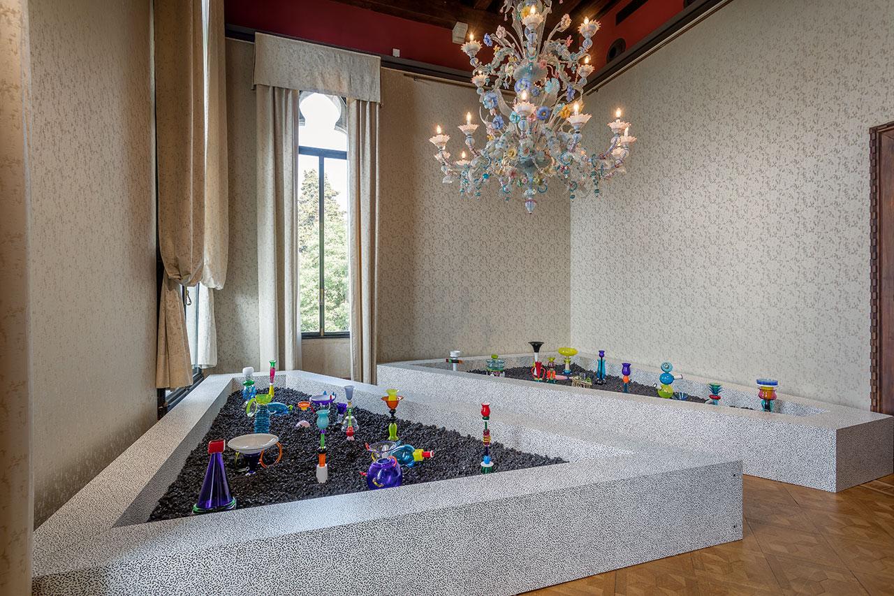 MEMPHIS - Plastic Field, exhibition view.Photo by Francesco Allegretto, courtesy Fondazione Berengo.