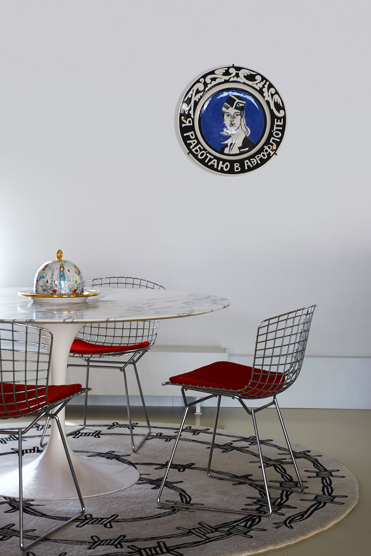 Kitchen.Tulip Table, Eero Saarinen for Knoll.Wire Chair, Harry Bertoia for Knoll.Dome on Plate from The Last Supper, Royal Tichelaar Makkum by Studio Job.Barb Wire, Studio Job for Nodus.Plate, Ravage.Photo by Dennis Brandsma.