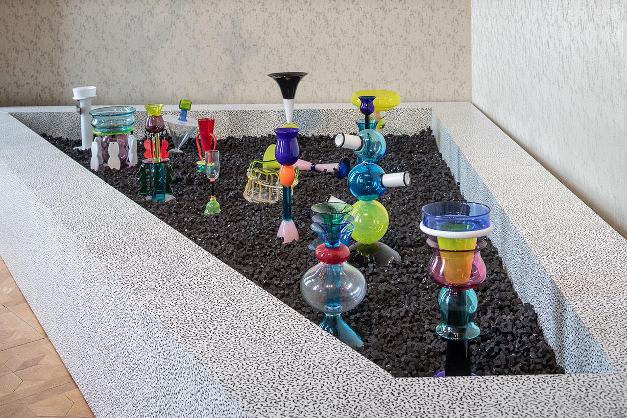 MEMPHIS - Plastic Field, exhibition view.Photo byFrancesco Allegretto, courtesy Fondazione Berengo.