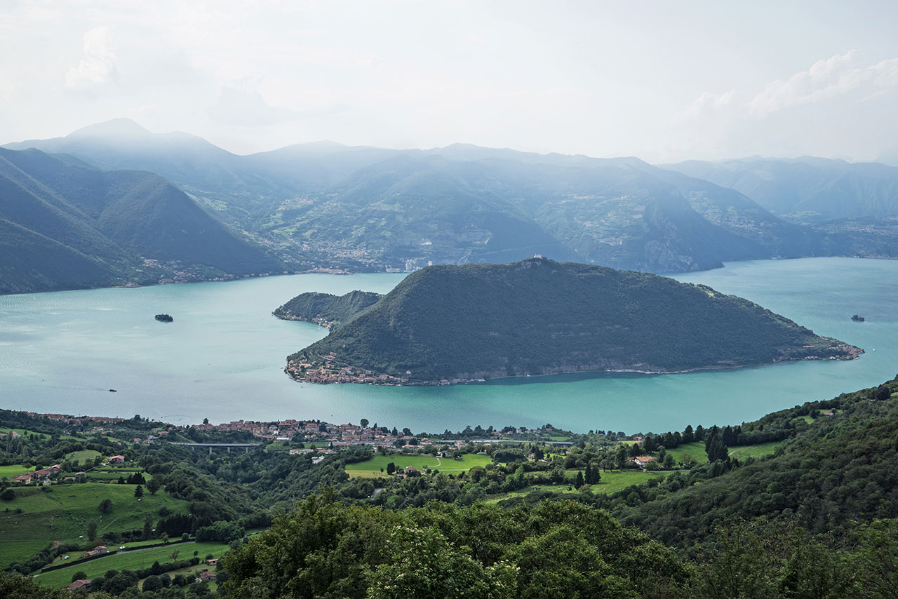 Lake Iseo with the town of Sulzano in the foreground, the island of Monte Isola in the center and the island of San Paolo on the left. Photo by Wolfgang Volz.