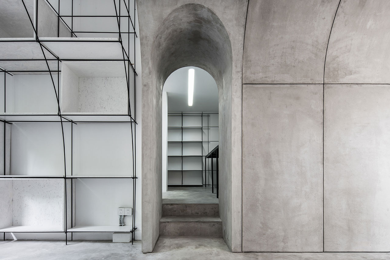 The arched door towards the model room. Photo by Qiu Ripei.