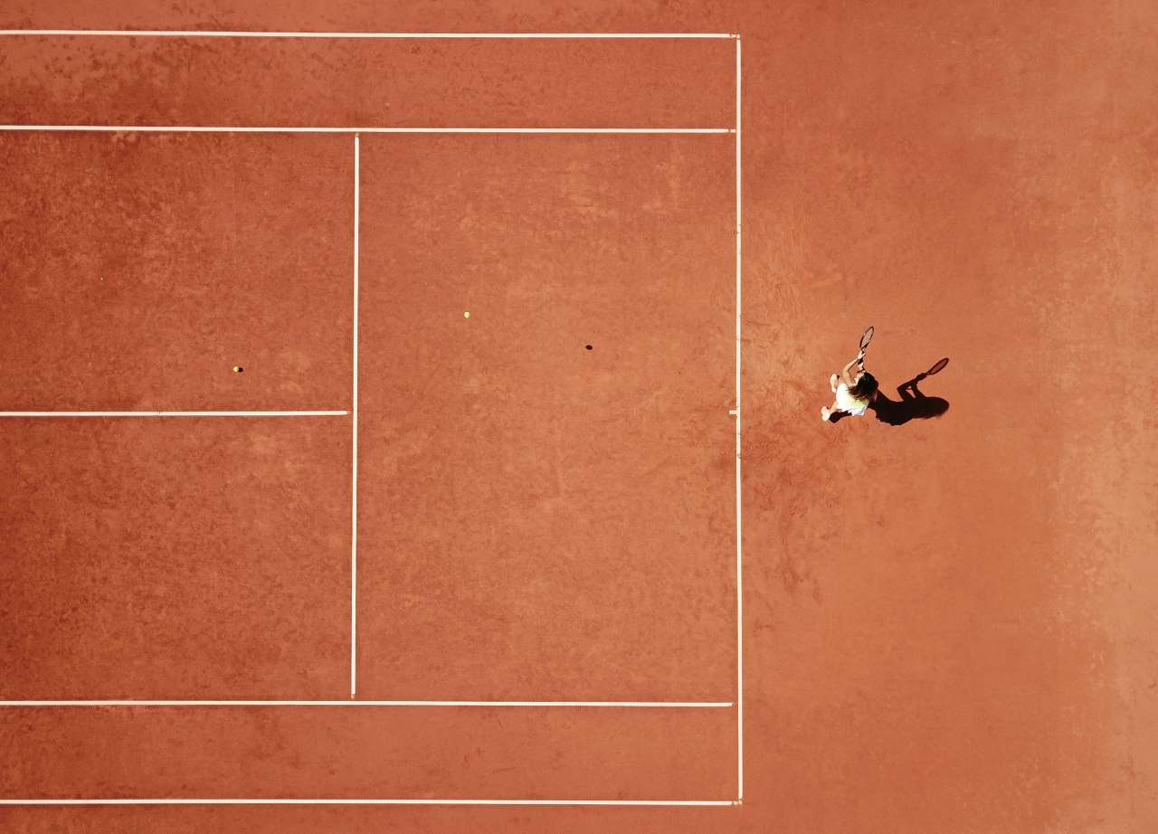 ​A TATOΪ Club member is playing tennis on a clay court.Photo by Costas Spathis © TATOΪ Club.
