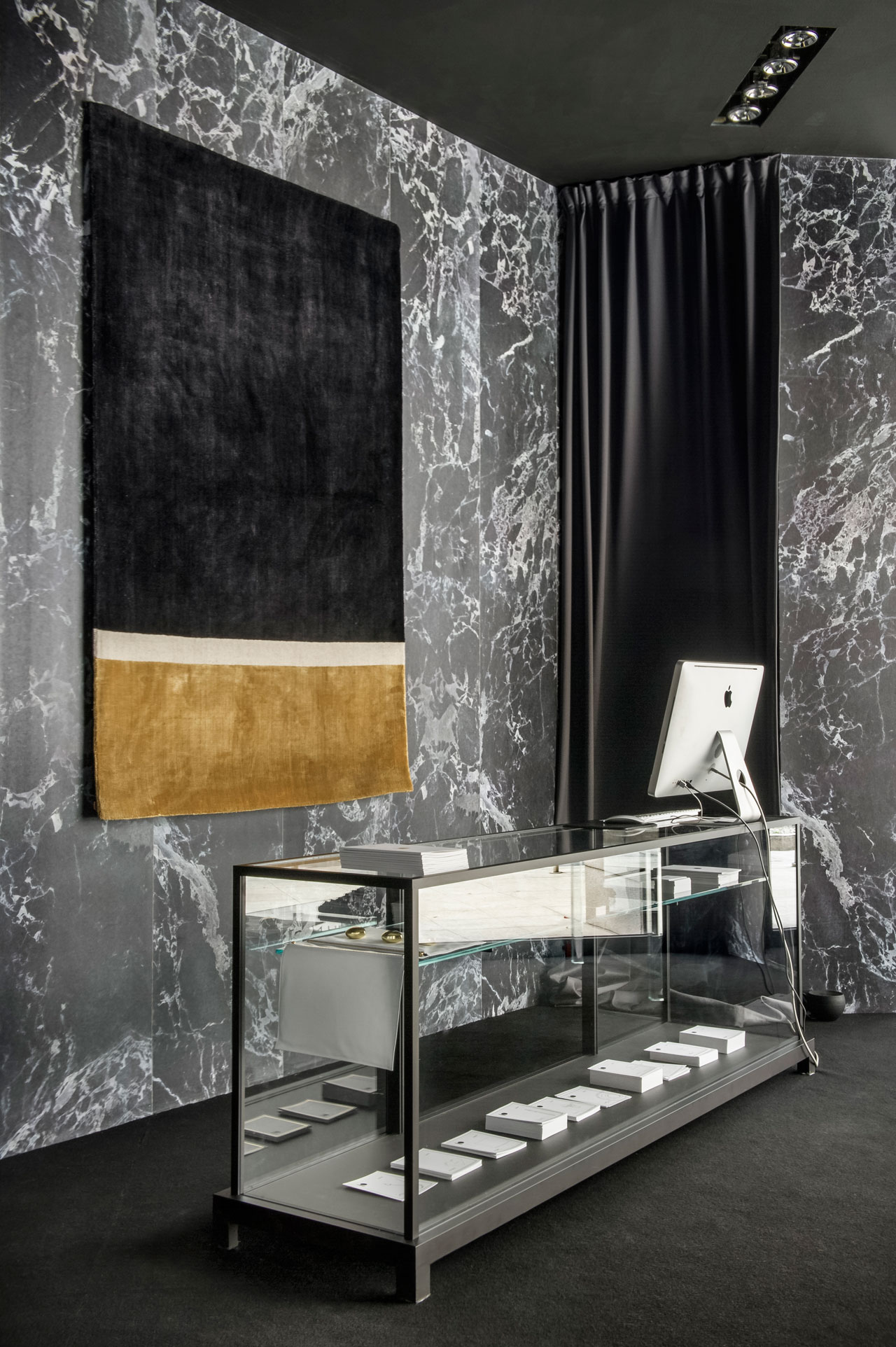 10 by Yatzer installation view at Spazio Pontaccio, Milan 2016. Wunderkammer Low Display Case by Piero Lissoni for Glas Italia. Materials Wallpaper in black marble by Piet Hein Eek for NLXL. Styling by Costas Voyatzis, photo by Fabrizio Annibali.