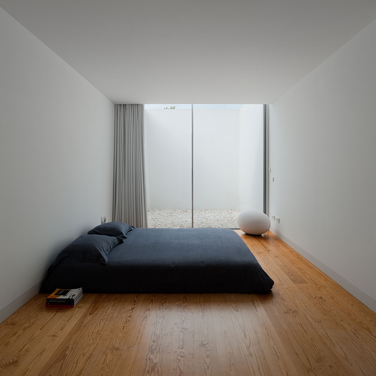 Cover and concealment house in leiria by aires mateus for Minimalist bedding ideas
