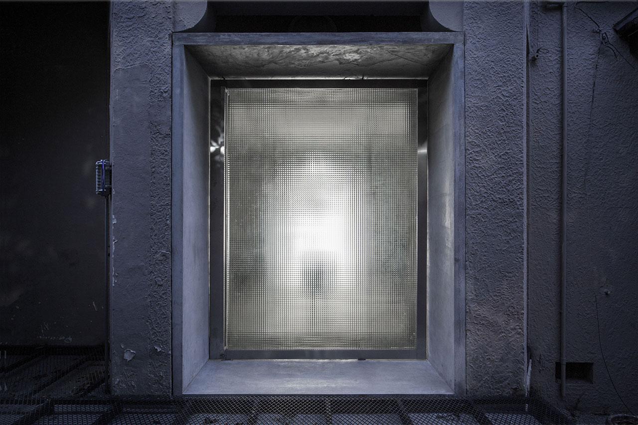 Revolving glass door at night.Photo by Qiu Ripei.