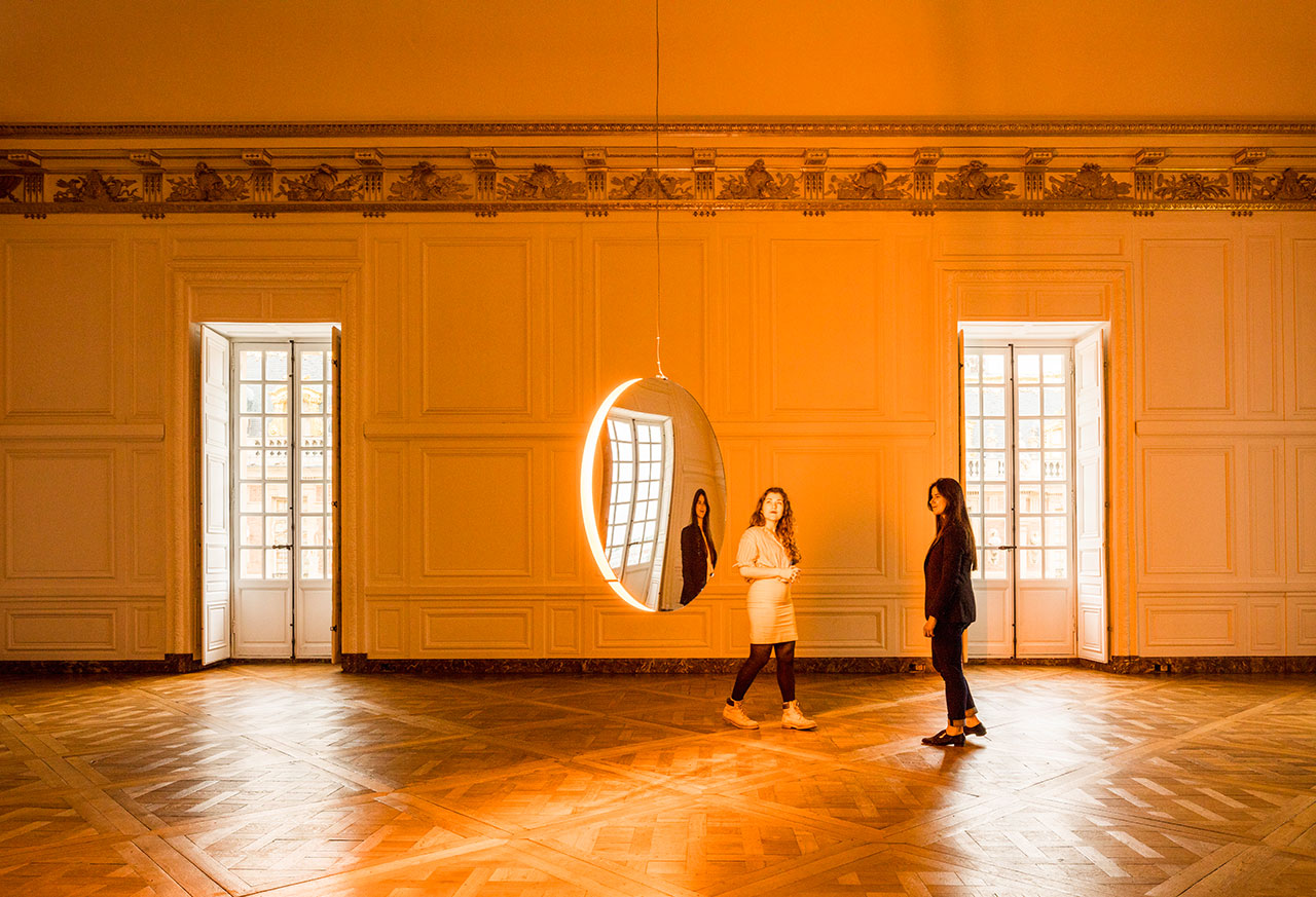 Olafur Eliasson,Solar compression, 2016. Convex mirrors, monofrequency light, stainless steel, paint (white), motor, control unit. 10cm ⌀ 120cm.Palace of Versailles, 2016. Photo by Anders Sune Berg. Courtesy the artist; neugerriemschneider, Berlin; Tanya Bonakdar Gallery, New York © Olafur Eliasson.