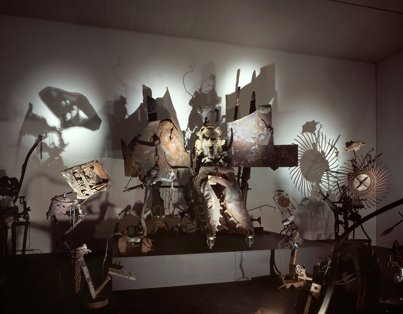 Jean Tinguely, Mengele-Totentanz (Hoch-Altar) with the four acolytes Bischof, Gemütlichkeit, Schnapsflasche and Television, 1986. Collection Museum Tinguely Basel - a cultural commitment of Roche. Photo by Christian Baur, c/o Pictoright Amsterdam, 2016.