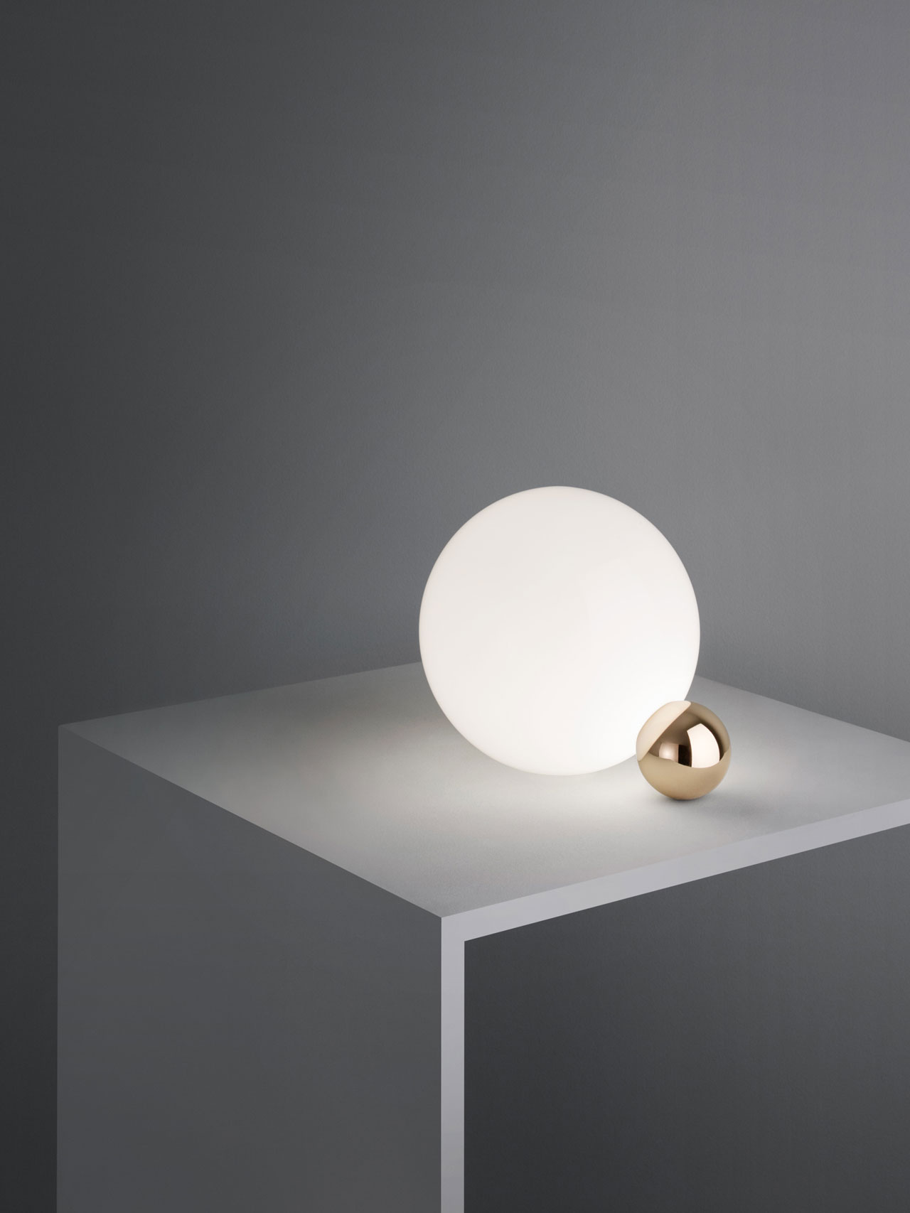 COPYCAT table lamp by MichaelAnastassiades for FLOS. Photo© FrankHuelsboemer.