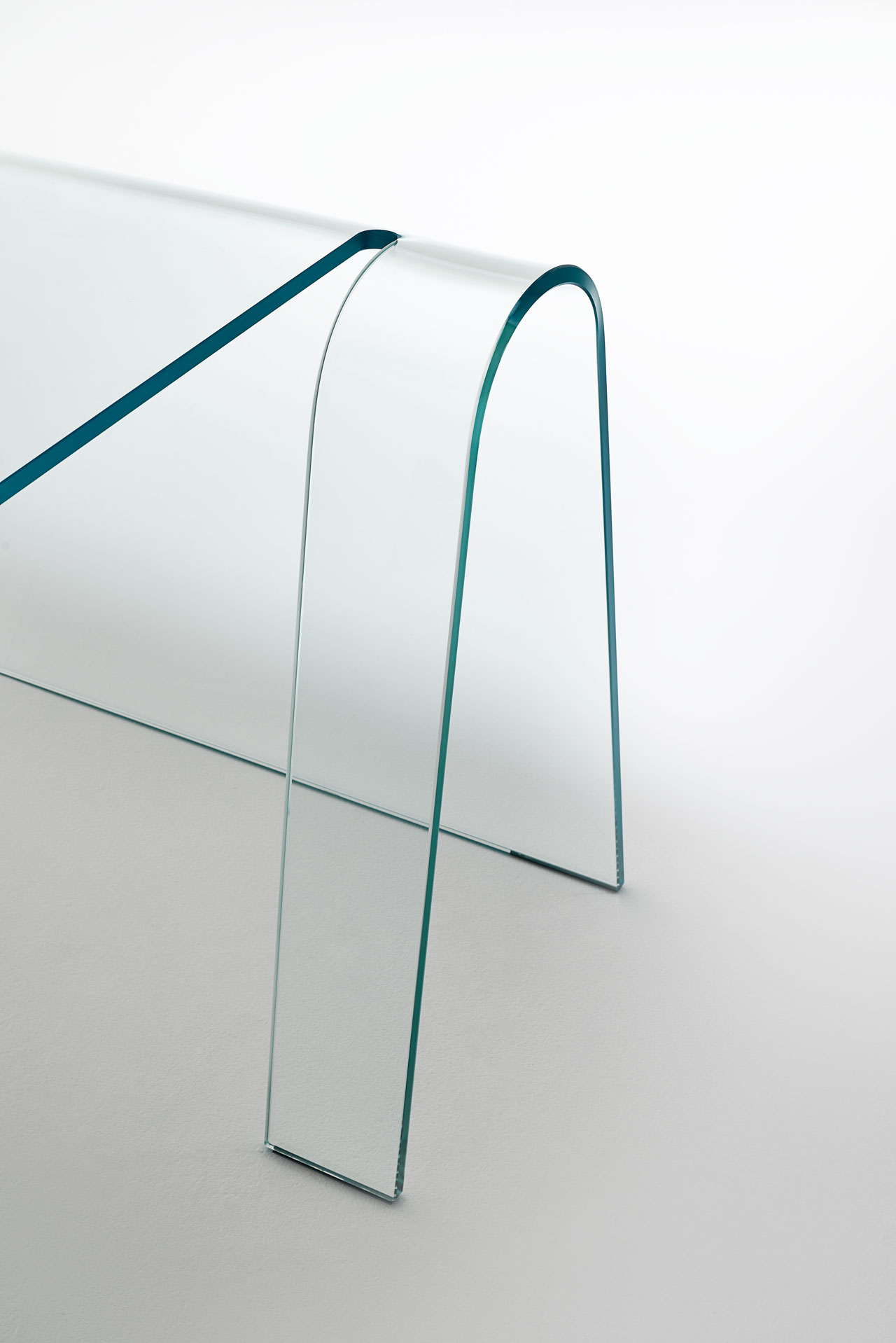 FOLIO glass desk by Yabu Pushelberg for GLAS Italia. Made with a single sheet of transparent 15mm thick extralight curved glass.