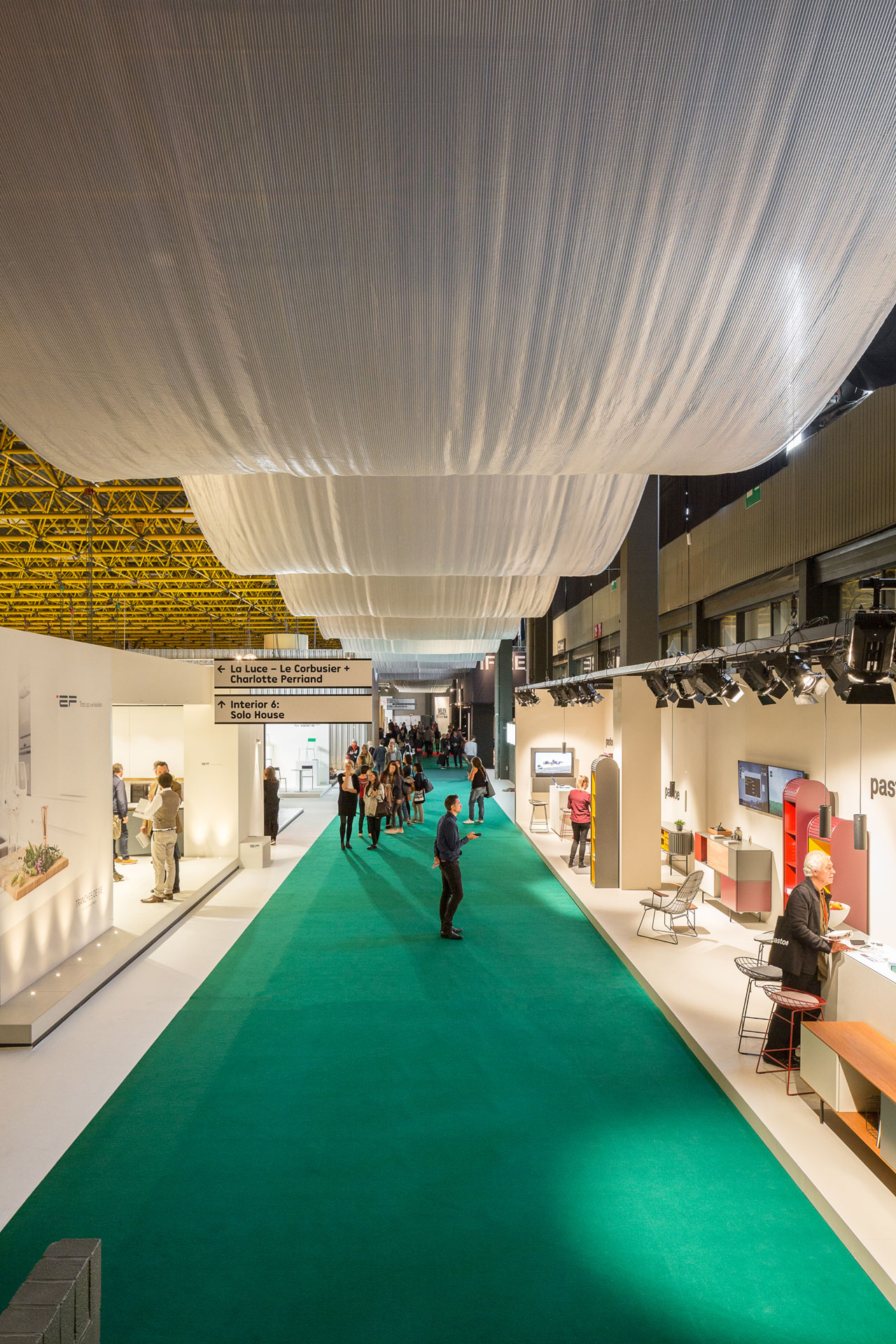 The exhibition halls of Kortrijk Xpo were linked by a festive SILVER LINING structure that was hanging from the ceiling and guiding the visitors.