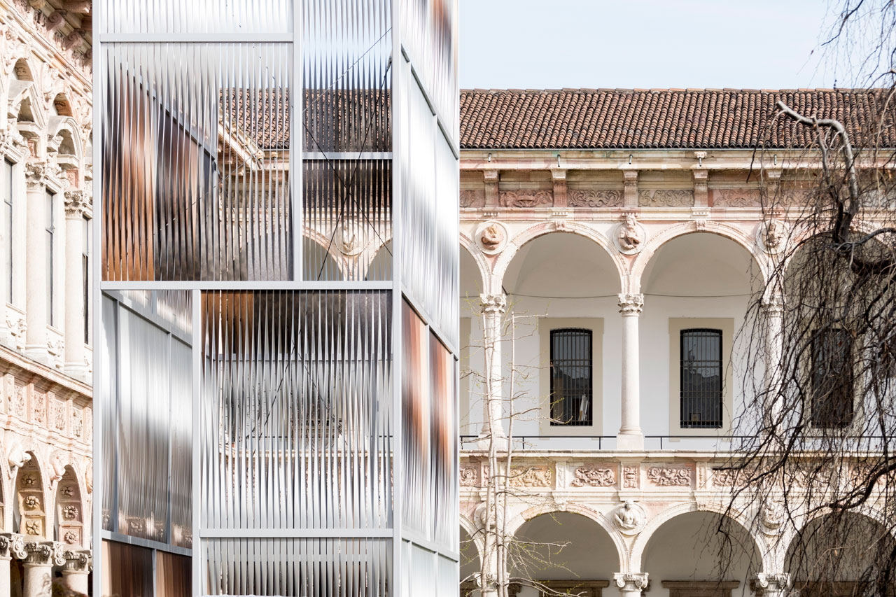 """Kochu installation by LUCA TRAZZIat the CORTILE D'ONORE of the Università degli Studi di Milano,part of the INTERNI MATERIAL IMMATERIAL exhibition. Its name means """"pillars of light"""" and wasmade of 1160 sheets of aluminum, 3 m height and 7 cm width by an overall height of 12 meters. Photo by Saverio Lombardi Vallauri, Courtesy of INTERNI magazine."""
