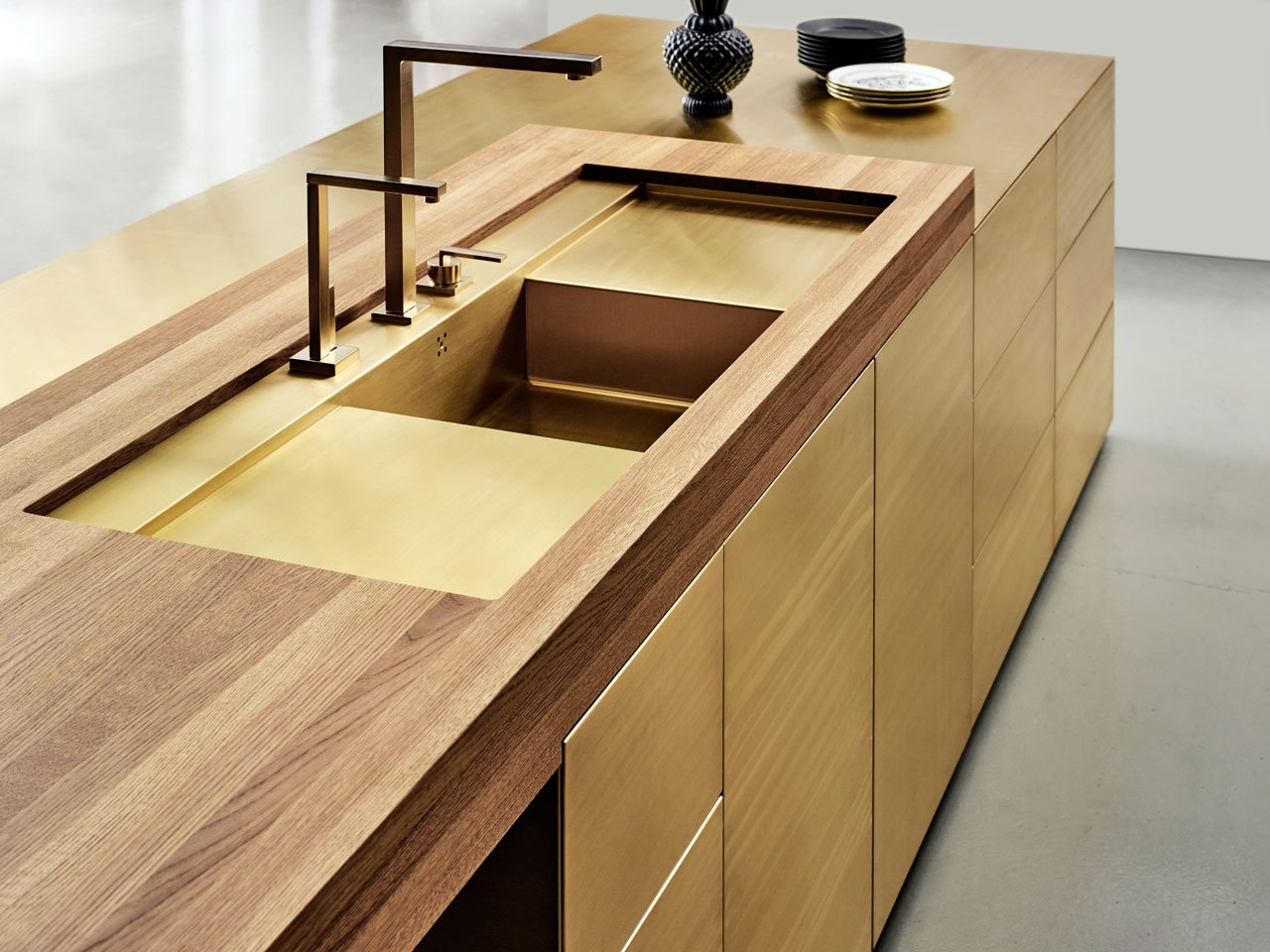 The new Form 45 kitchenin brass, the evolution of Form 1 which was designed in 1982 by Carsten Michelsen founder of Multiform.