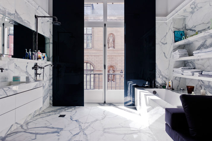 The bathroom of an apartment by Isabelle Stanislas on Rue de Rivoli, Paris, France.photo © Olivier Löser