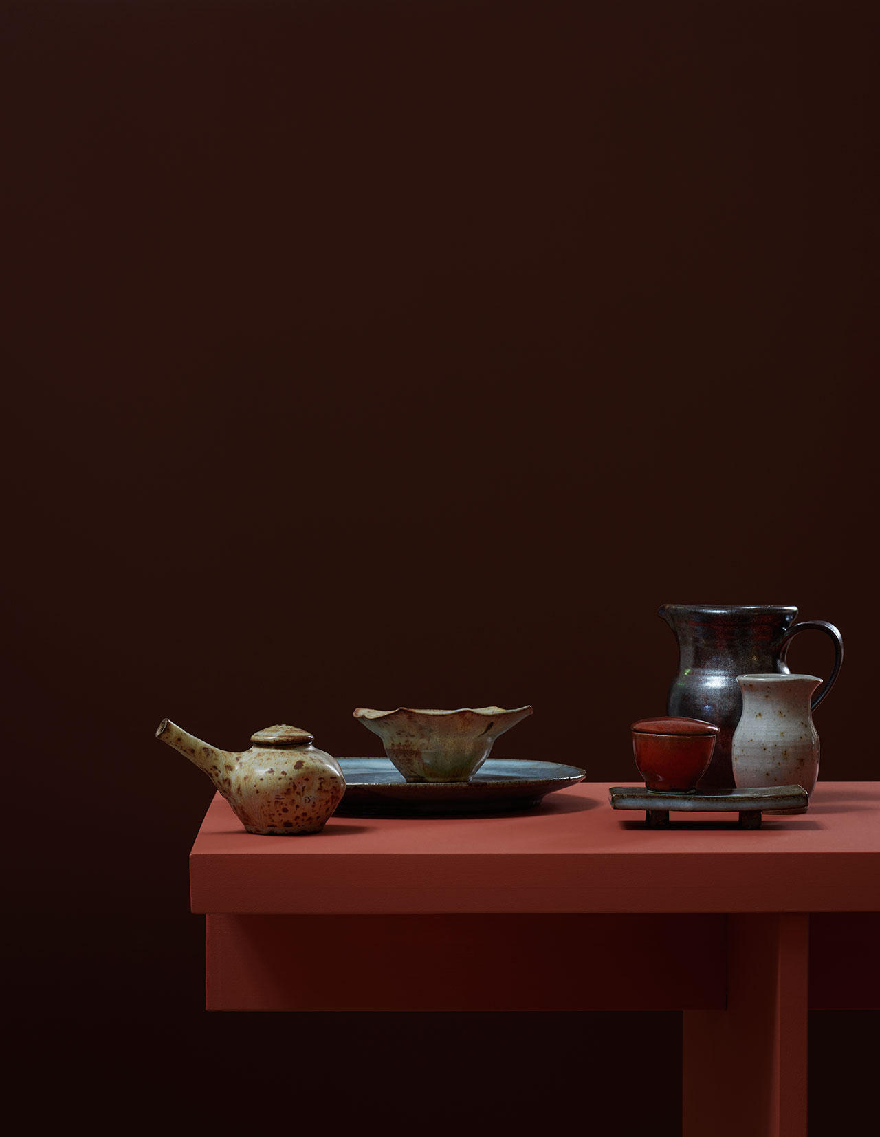 Earthenware on the table by Calle Forsberg. Photo by Kristofer Johnsson.
