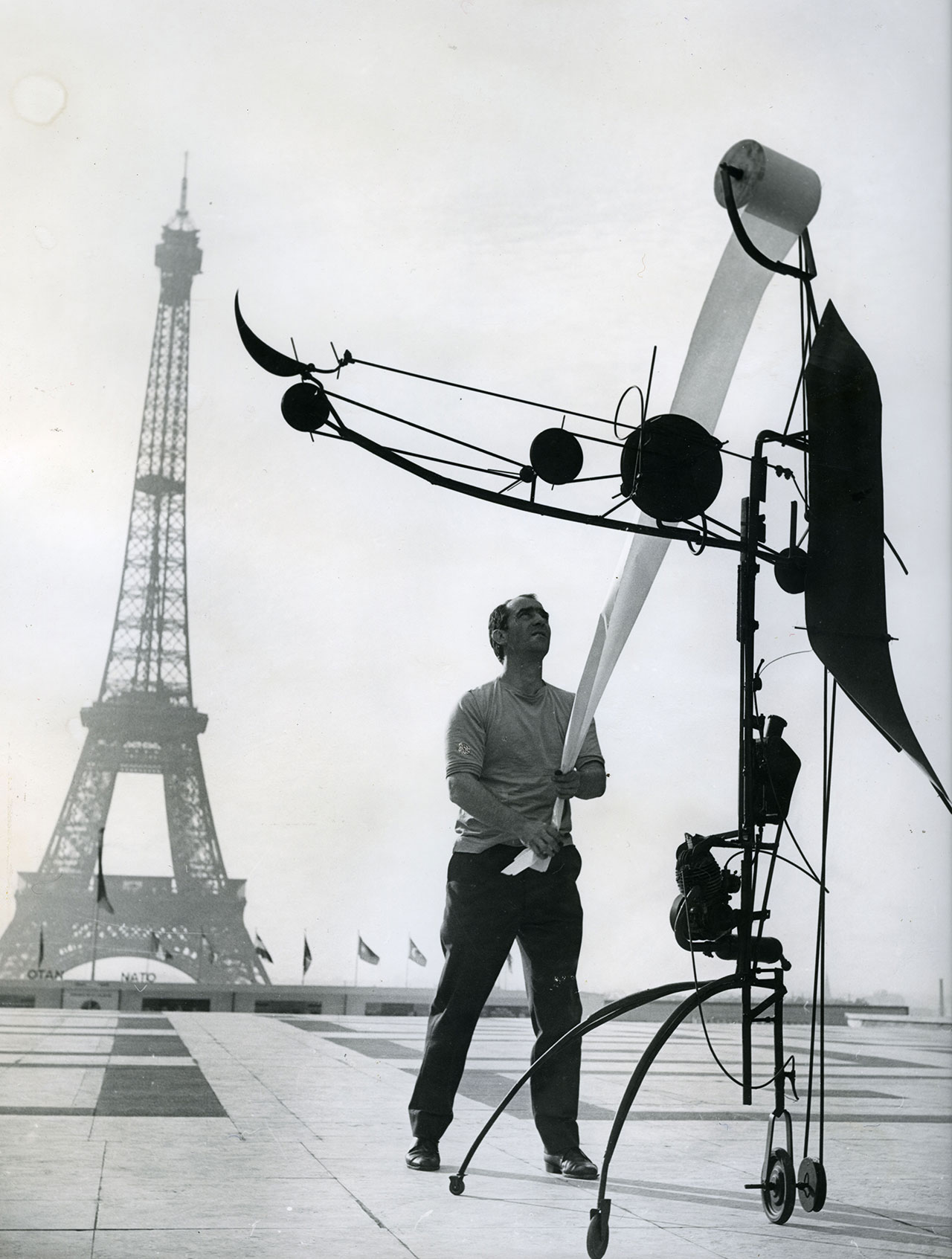Jean Tinguely with Méta-Matic No. 17 in front of the Eiffel Tower, 1959. Photo by John R. Van.