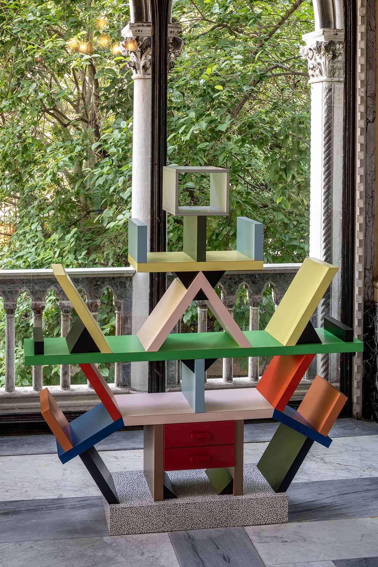 MEMPHIS - Plastic Field,exhibitionview.Carlton by Ettore Sottsass, 1981.190 x40 x196cm. Photo by Francesco Allegretto, courtesy Fondazione Berengo.