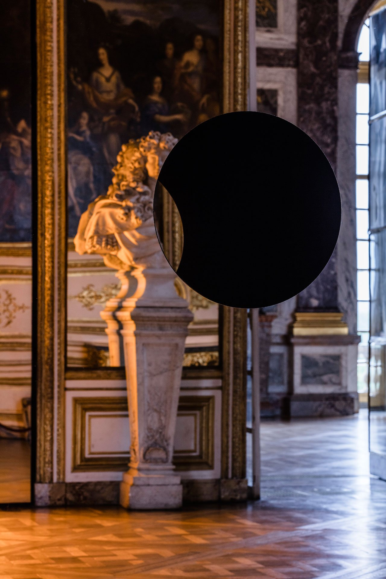 Olafur Eliasson, Deep mirror (black), 2016. Mirrors, alluminium, steel, wood, paint (black). 300 x 141 x 80 cm.  Palace of Versailles, 2016. Photo by Anders Sune Berg. Courtesy the artist; neugerriemschneider, Berlin; Tanya Bonakdar Gallery, New York © Olafur Eliasson.